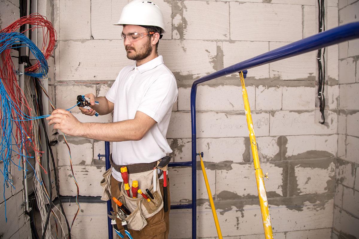 Trabalhando com segurança próximo a fios elétricos